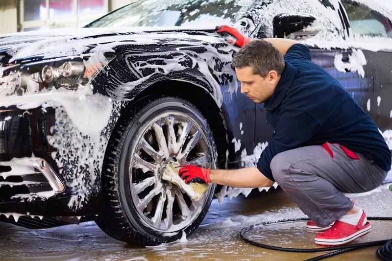استفاده از آب و کف یکی از راه های کم هزینه برای مشکی کردن لاستیک های خودرو